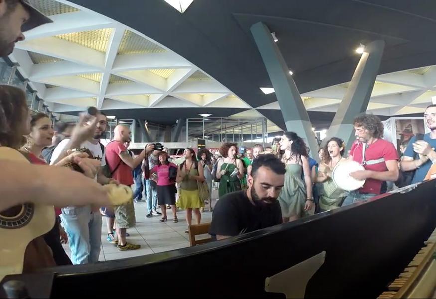 adesso-abbiamo-ben-3-pianoforti-stazione-garibaldi-samba-napoli