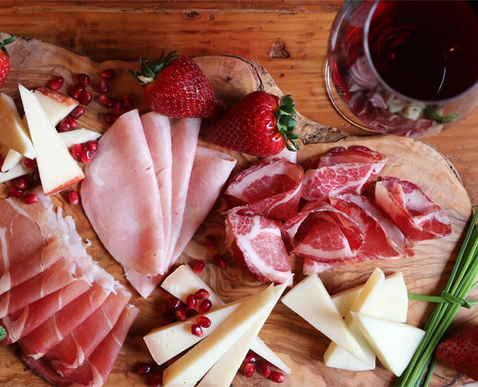 Credenza Con Tagliere : Il tagliere lovit selezione di formaggi e salumi tipici con vino
