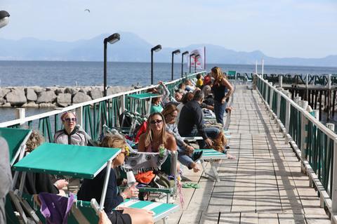 Napoli lidi affollatissimi come ad agosto
